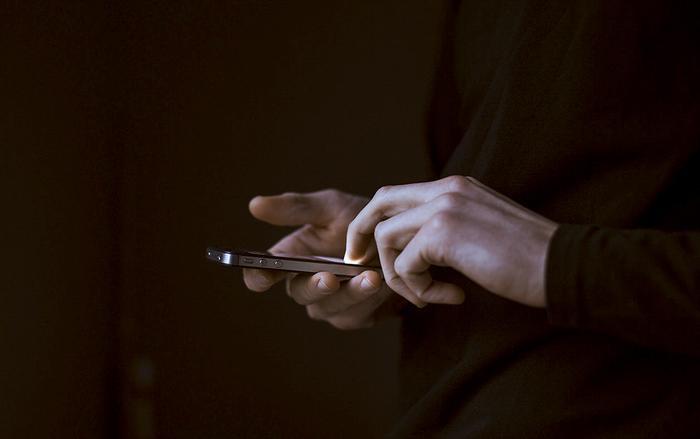 Khi người dùng nhấn vào liên kết, mã độc sẽ bắt đầu xâm nhập và kiểm soát thiết bị để giành quyền truy cập danh bạ.