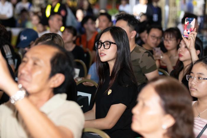 Ngồi giữa hàng ghế khán giả, hoa hậu Tiểu Vy vẫn cực kỳ trẻ trung, nổi bật.