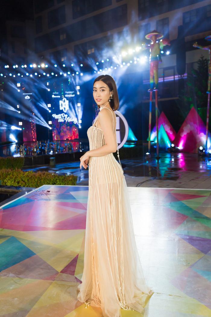 Đỗ Mỹ Linh chọn cho mình bộ váy dây tua rua nhẹ nhàng.