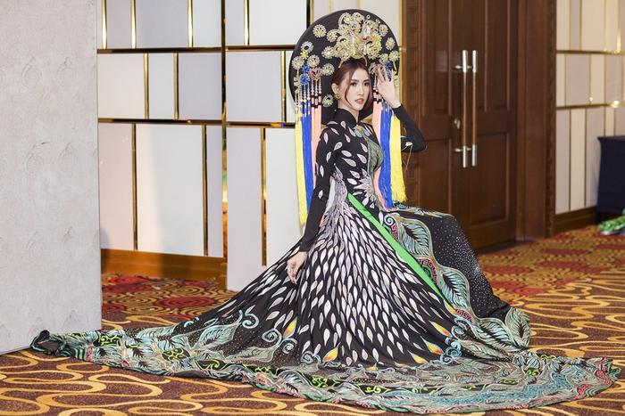 Phan Thị Mơ đội mấn hơn 8kg làm vedette show thời trang áo dài