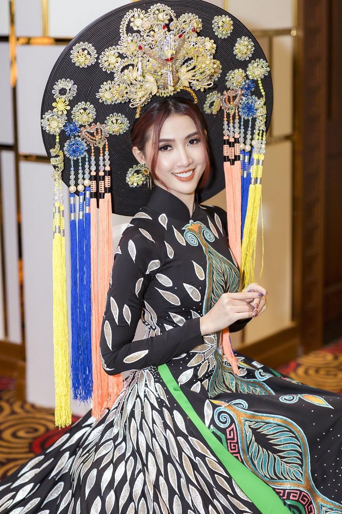 Trang phục cầu kỳ giúp người đẹp hóa thành mẫu nghi thiên hạ