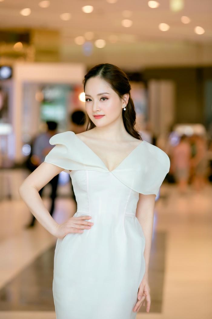 Nữ diễn viên ưu ái đôi hoa tai bản nhỏ nhằm tạo nên tổng thể hoàn chỉnh.