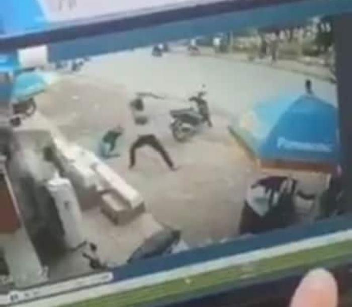 Cuộc xô xát được camera an ninh ghi lại.