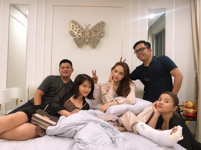 Ê-kíp cùng Hương Giang thực hiện loạt MV triệu view cũng đến nhà thăm nom, an ủi hoa hậu.