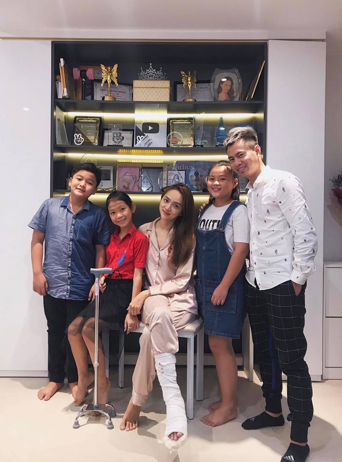 Nhạc sĩ Dương Cầm cùng các thí sinh Giọng hát Việt nhí 2019 đến tận nhà thăm Hương Giang.