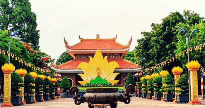 Chùa Hoằng Phát có khuôn viên rộng lớn và nhiều cây xanh. (Ảnh: abg2016)