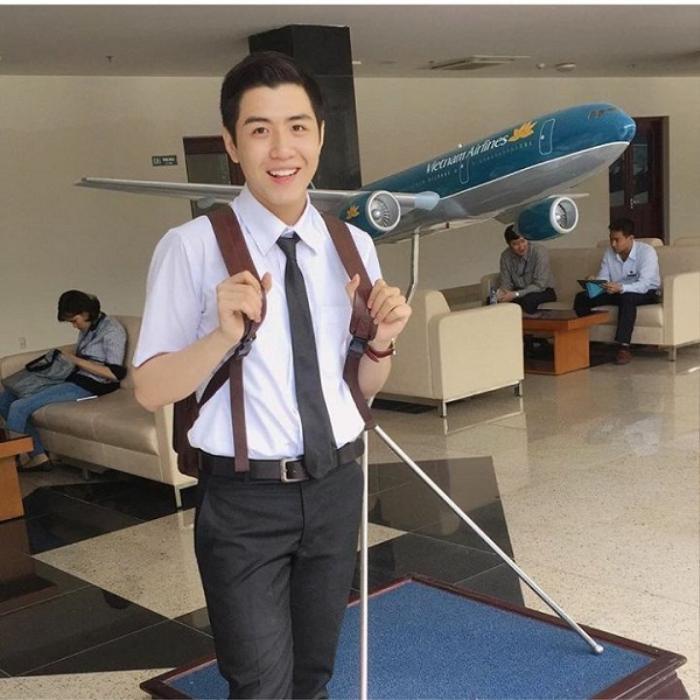 Sở hữu chiều cao ấn tượng 1m82 cùng khuôn mặt khá điển trai, lịch lãm, anh chàng Hải Cường khiến hội chị em điên đảo khi khoác trên mình bộ đồng phục tiếp viên hàng không.