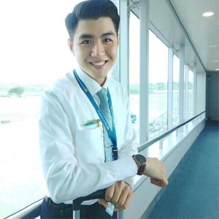 Với vẻ ngoài điển trai trong bộ đồng phục của tiếp viên hãng Vietnam Airlnes, anh chàng Hải Cường (1996) bỗng nhiên nổi tiếng sau một đêm. Thời điểm được chú ý vào năm 2017, 9X đang theo học ở Trung tâm huấn luyện bay của Vietnam Airlines (FTC) tại TP.HCM.