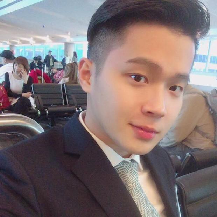 Sở hữu ngoại hình như ngôi sao Hàn Quốc, Nguyễn Quốc Huy là một trong những chàng tiếp viên hàng không để lại ấn tượng nhiều nhất trong lòng chị em. Anh chàng hiện đang làm tiếp viên cho hãng Vietnam Airlines. Quốc Huy bắt đầu làm nghề này từ khi còn là sinh viên năm 3. Nhờ sự giúp đỡ, hỗ trợ của đoàn tiếp viên vừa bay, vừa học nên hiện giờ anh được đứng trong hàng ngũ này.