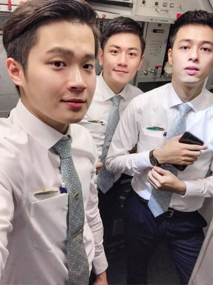 Nguyễn Quốc Huy là một trong ba anh chàng tiếp viên hàng không của Việt Nam Airline từng gây chú ý trong bức ảnh selfie cùng nhau.