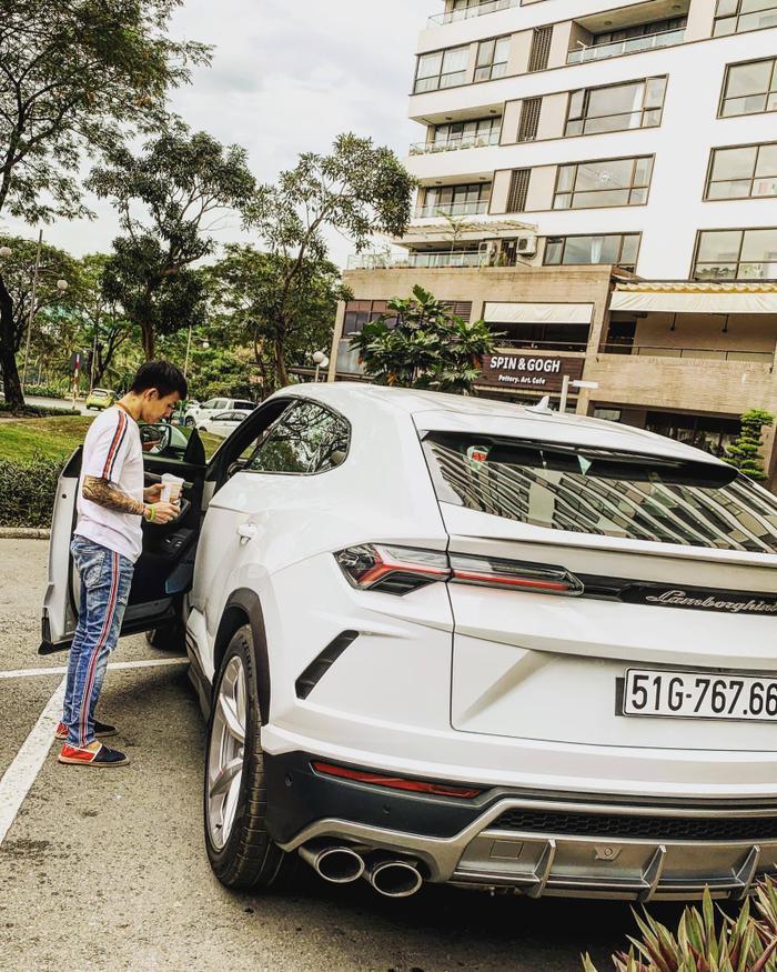 Doanh nhân Minh Nhựa bên cạnh chiếc SUV của Lamborghini vừa tậu mới toanh trên thế giới.