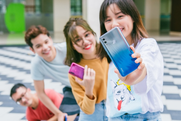Chỉ là tư thế đưa tay selfie như bình thường, nhưng với một chút sáng tạo, nhóm bạn đã cho ra bức ảnh độc đáo.