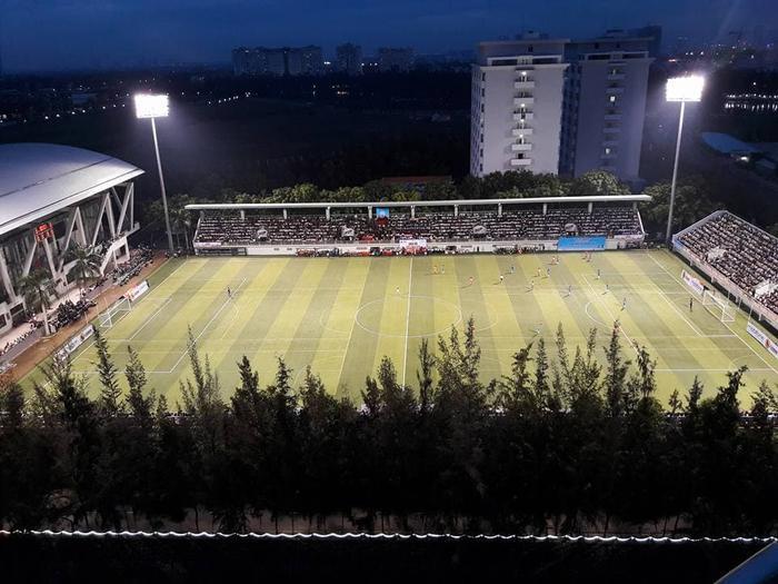 Hệ thống ghế ngồi, mái che cũng được đầu tư quy mô. Ngoài ra, với cường độ ánh sáng đạt 1200lux, nơi đây còn đáp ứng đủ các tiêu chí để truyền hình trực tiếp một trận đấu bóng đá diễn ra vào buổi tối.