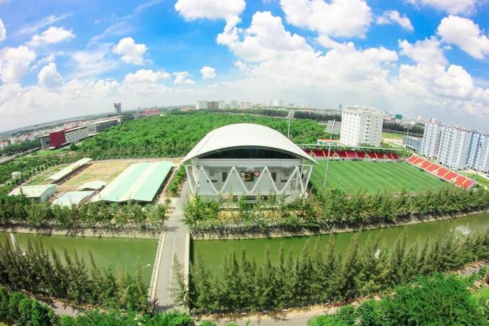 Với quy mô 7.000 chỗ ngồi cùng với cơ sở vật chất, kỹ thuật hiện đại, sân vận động trường ĐH Tôn Đức Thắng được đánh giá là một trong những sân vận động tại Việt Nam đạt tiêu chuẩn 2 sao của FIFA