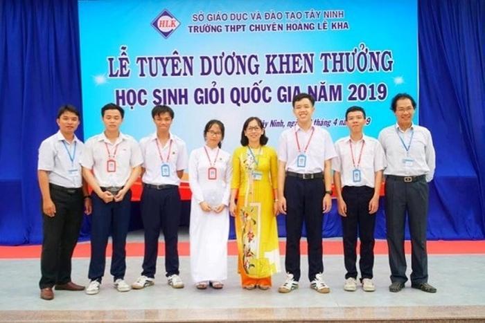 Lê Quang Kỳ (thứ ba từ trái qua) suýt rớt tốt nghiệp vì bị chấm sai điểm trong lễ tuyên dương học sinh giỏi quốc gia của trường. (Ảnh website Trường THPT chuyên Hoàng Lê Kha)