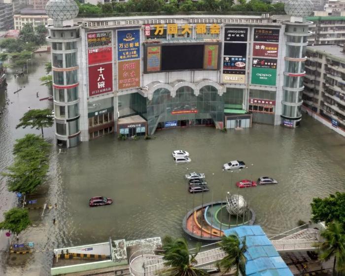 Wipha là cơn bão số 7 tấn công vào nước này trong năm nay. Cơn bão gây mưa lớn khiến nhiều tỉnh thành phía nam Trung Quốc bị ngập lụt nặng như tỉnh Quảng Đông, Quảng Tây, Hà Nam. Trong ảnh là cảnh thành phố Văn Xương, tỉnh Hà Nam biến thành sông chỉ sau một đêm bão Wipha đổ bộ vào.