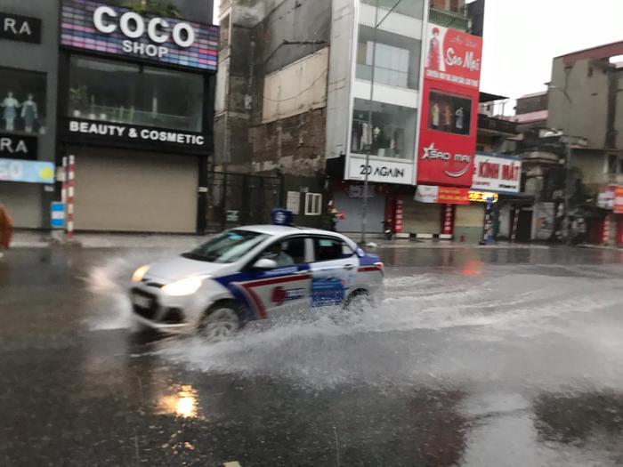 Đợt mưa này gây ngập úng cho nhiều tuyến phố nội thành.