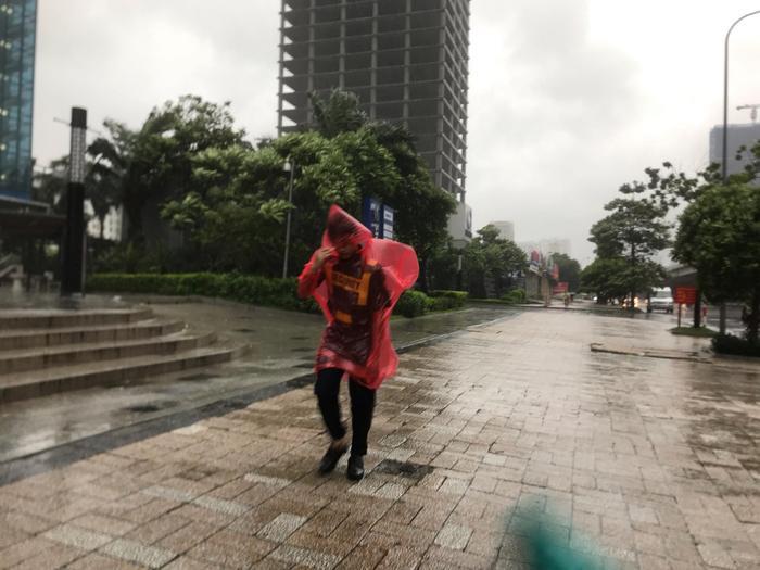 Gió giật mạnh khiến người đi bộ khó khăn.