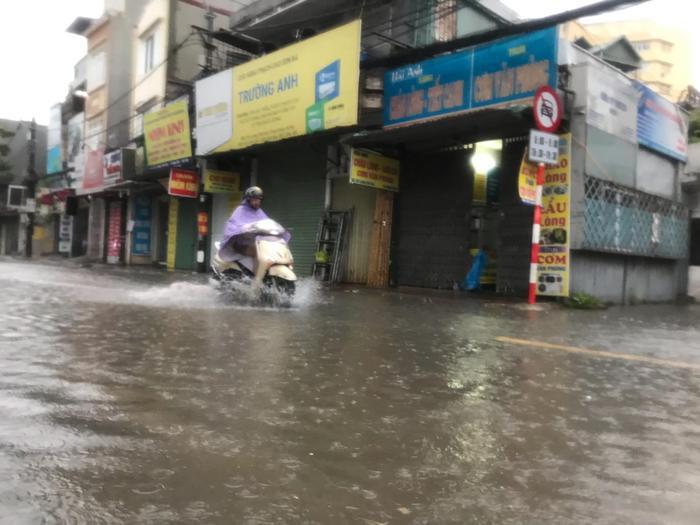 Người Hà Nội vật vã ra đường, nhiều tuyến đường ngập do ảnh hưởng của bão số 3 ảnh 7