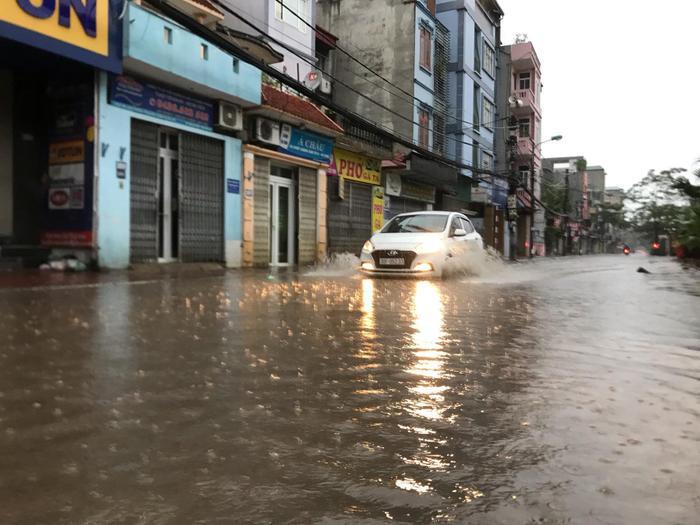 Sáng sớm, Hà Nội đã có mưa lớn, một số tuyến đường bị ngập khiến giao thông gặp khó khăn.