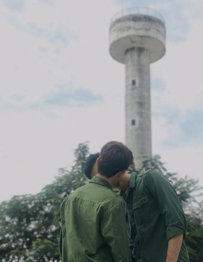 Clip nam sinh Việt được bạn trai hôn giữa sân trường rồi e thẹn đẩy ra khiến toàn bộ hủ nữ sôi sục! ảnh 5