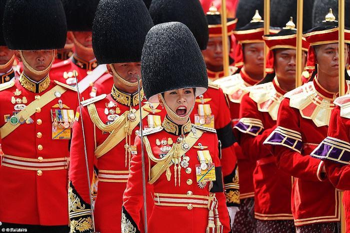 BàSineenat từng làchỉ huy cấp cao lực lượng cận vệ của Nhà vua.