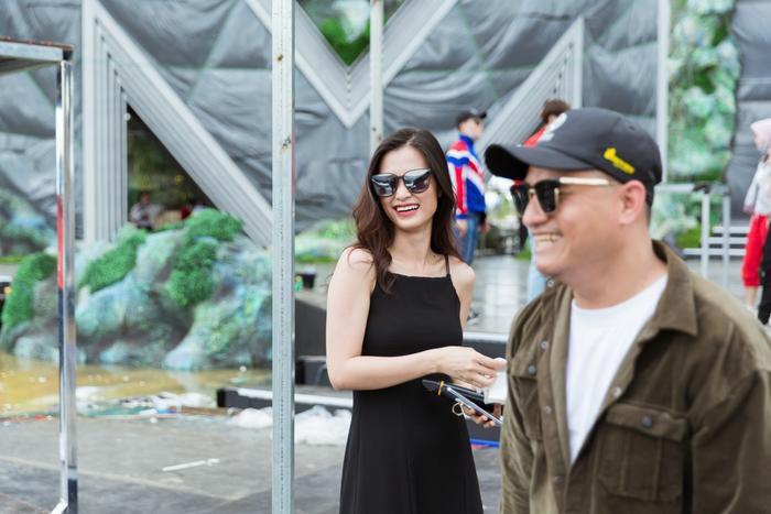 Mặc kệ nắng gắt, Đàm Vĩnh Hưng, Đông Nhi, Chi Pu cùng dàn nghệ sĩ vẫn tươi tắn trong buổi tổng duyệt Miss World Việt Nam ảnh 7