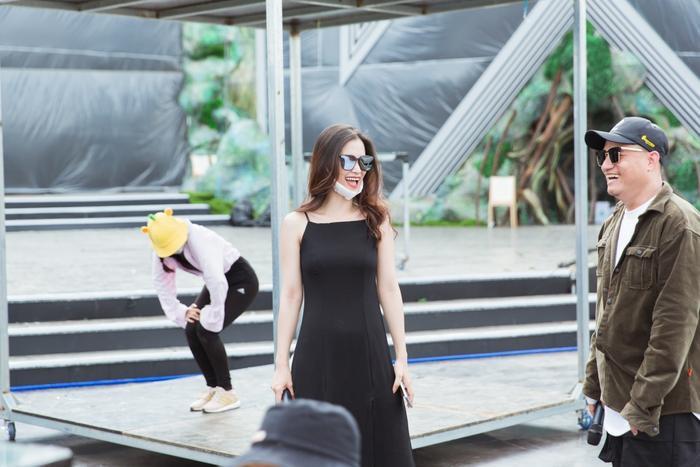 Mặc kệ nắng gắt, Đàm Vĩnh Hưng, Đông Nhi, Chi Pu cùng dàn nghệ sĩ vẫn tươi tắn trong buổi tổng duyệt Miss World Việt Nam ảnh 6