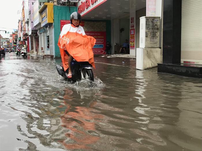Một đoạn đường Tô Hiệu cũng bị ngập sâu. Để khắc phục sự cố sau bão số 3, ngay từ sáng sớm, lực lượng Cảnh sát giao thông, Công an thành phố Hải Phòng, công nhân các công tymôi trường, thoát nước, cây xanh đã ra đường dọn dẹp, đảm bảo an toàn giao thông.