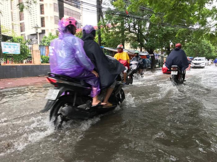 Theo ghi nhận hiện tại dù mưa đã ngớt nhưng mực nước trên tuyến đường này vẫn sâu khoảng 30-40cm.