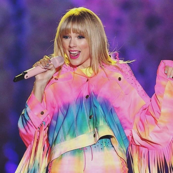 """Lover sẽ là tổng hòa những cảm xúc mà Taylor đã """"nuôi dưỡng"""" hơn 2 năm qua trong 18 tiểu phẩm, có vẻ như lần comeback lần này của nữ nghệ sĩ sẽ vô cùng hoành tráng đây."""