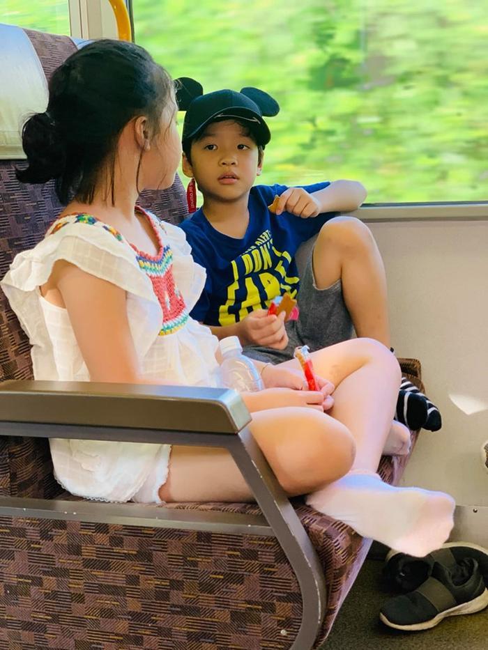 Vì các bé đều cùng độ tuổi với nhau nên trong các bức ảnh được bà xã Hồng Đăng chia sẻ có thể thấy các con của 2 gia đình đều rất thân thiết và vui vẻ trong chuyến đi