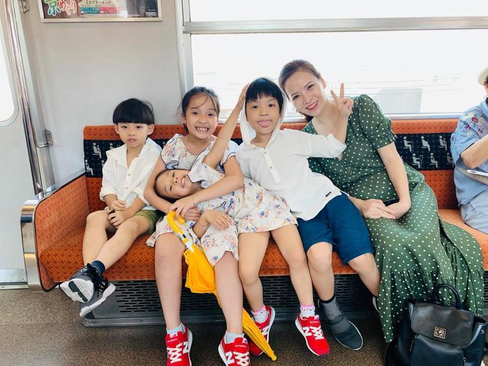 Đan Lê tươi cười rạng rỡ bên 4 cô cậu bé của nhà mình và nhà Hồng Đăng.