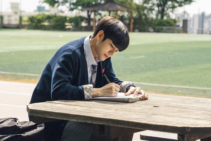 Được chọn chung nhóm tiếng anh với Soo Bin. Joon Woo đã được giao nhiệm vụ viết về ước mơ của mình.