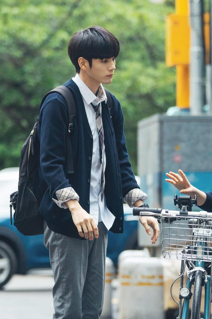 """Trên đường về, Soo Bin đã """"cướp"""" xe của cậu bạn để cho kịp lớp toán."""