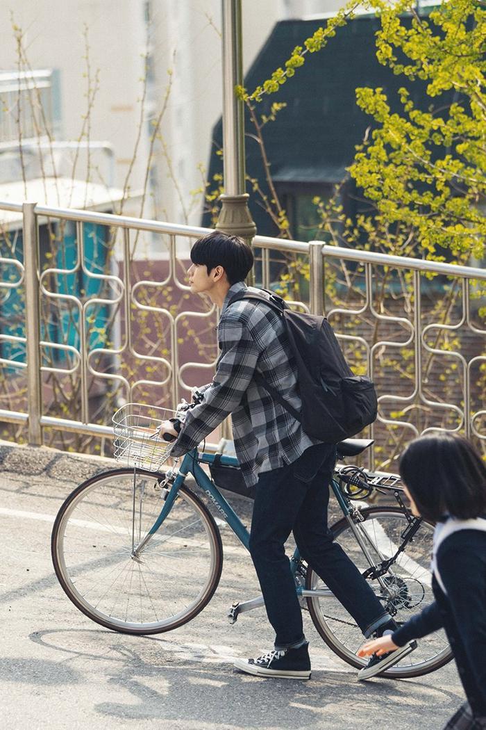 Bắt đầu với bộ trang phục cũ kỹ và chiếc xe đạp lỗi thời, Joon Woo tiến vào ngôi trường mới.