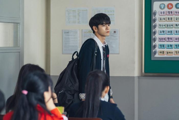 """Cậu lớp trưởng """"tốt bụng"""" đã mượn đồng phục cũ cho Joon Woo."""