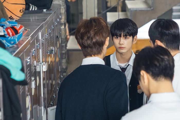 Cậu lớp trưởng Ma Hwi Young chỉ đạo nam sinh khác để chiếc đồ hồ vào tủ đồ tại trường của Woo Joon.