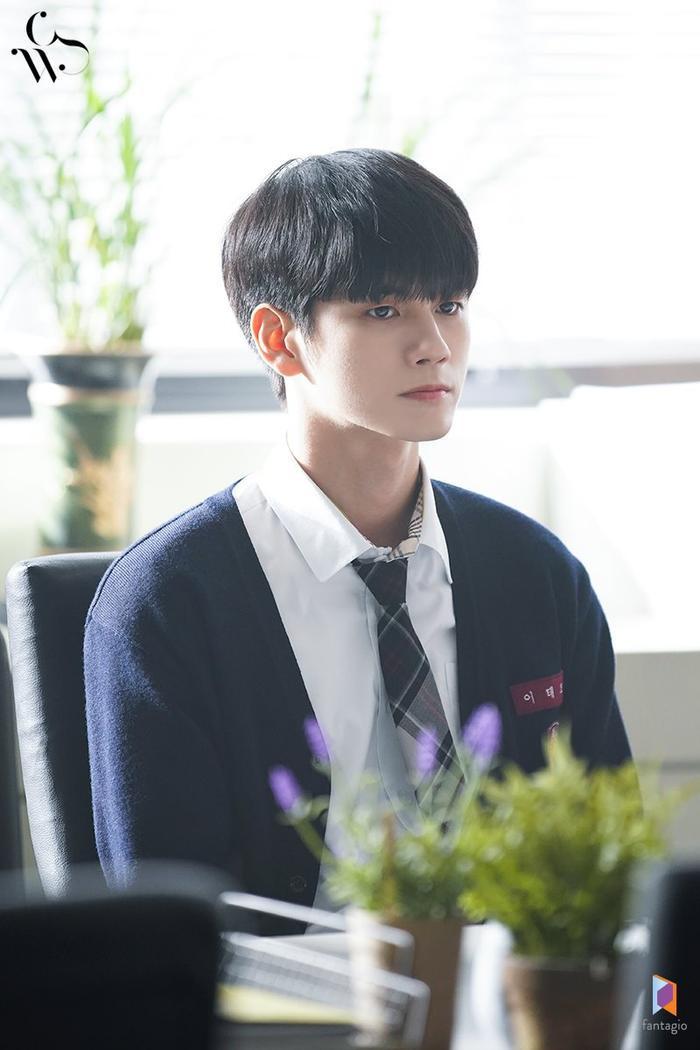 Họ trao đổi về nguyên nhân khiến Joon Woo buộc phải chuyền trường. Hồ sơ ghi nhận, cậu bạo lực học đường và có hành vi trộm cắp.