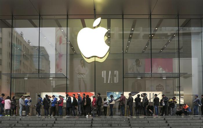 Apple còn đang muốn gia tăng sự xuất hiện của mình tại Trung Quốc bằng cách giới thiệu 1 phiên bản iPhone giá rẻ dành riêng cho thị trường này vào năm sau. (Ảnh: VCG/VCG via Getty Images)