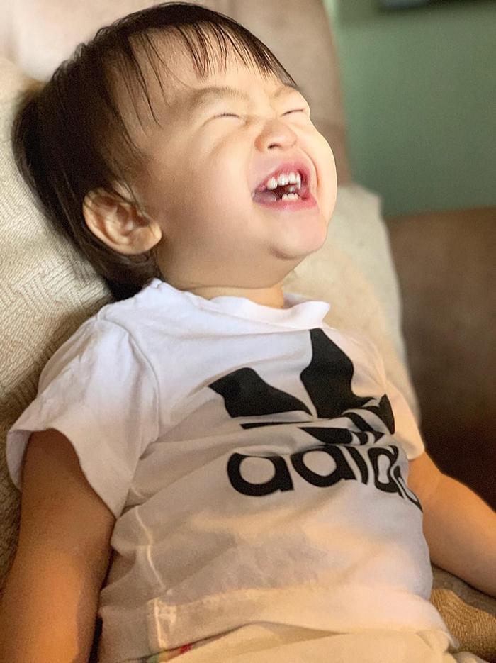 """Khoảnh khắc vui vẻ cười tít mắt, """"không thấy tổ quốc"""" của bé Cún khiến ai nhìn vào cũng thấy 'vui lây'"""