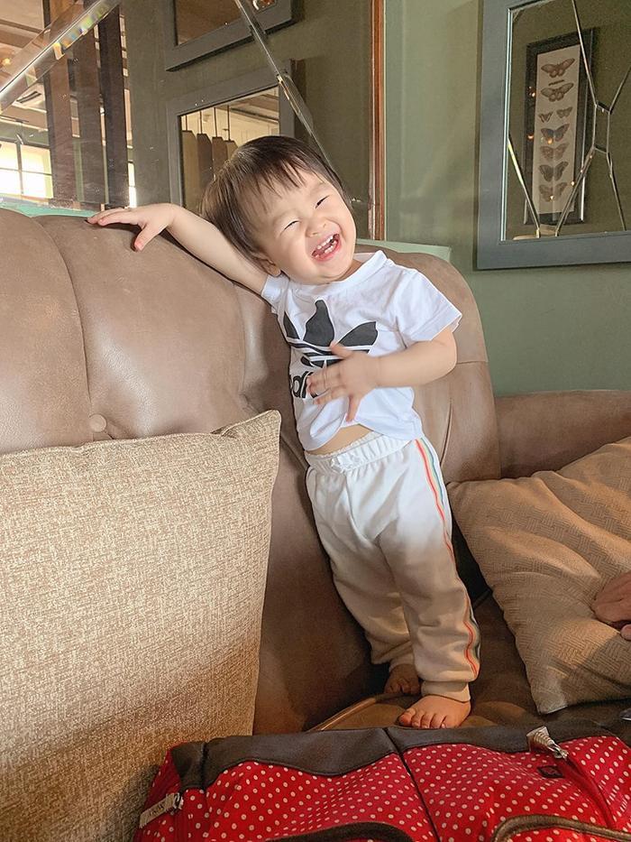 Tú Vi từng nhiều lần tiết lộ rằng là con gái của mình rất hiếu động và hay chạy nhảy lung tung không chịu ngồi yên một chỗ