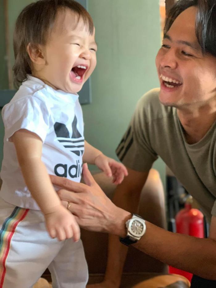 Hình ảnh hai bố con Văn Anh vui vẻ, cười tít mắt bên nhau nhận được nhiều sự yêu thích từ mọi người