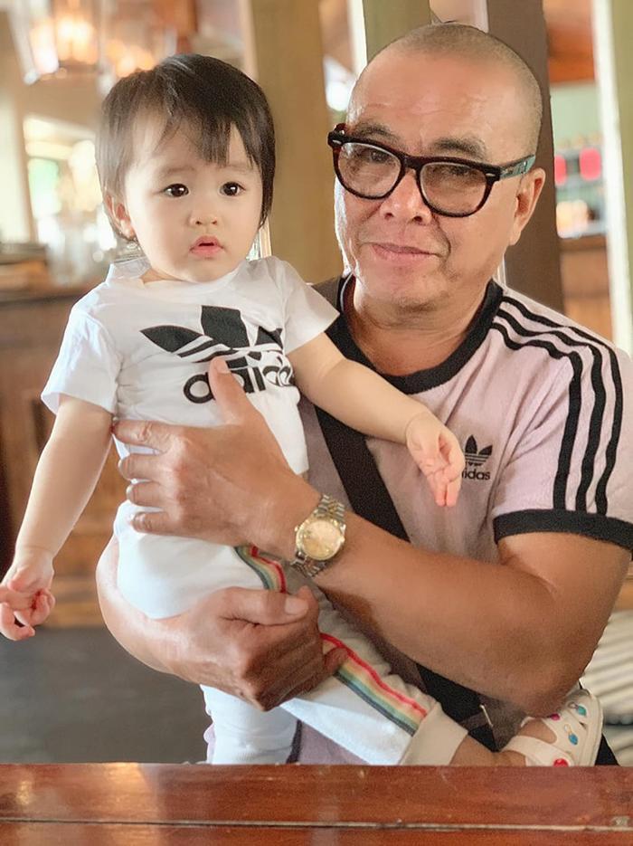 Ngoài ra Tú Vi cũng chia sẻ hình ảnh bé Cún quấn quýt bên ông nội, được biết Ông nội bé Cún cũng vô cùng thương và yêu chiều cháu gái mình.