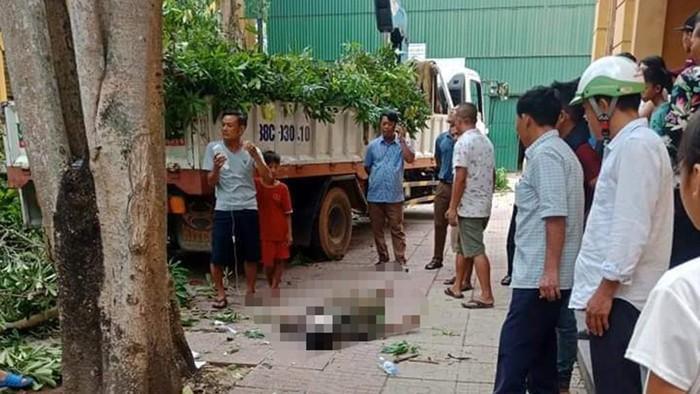 Đang cắt cành cây, thùng xe cẩu rơi khiến 1 người đàn ông ở Hà Tĩnh tử vong tại chỗ. Ảnh: Thanh Niên