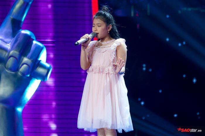 Tặng gấu bông khổng lồ cho học trò Hương Giang  Khánh Vy, Dương Khắc Linh lỗ nặng tại The Voice Kids 2019 ảnh 0