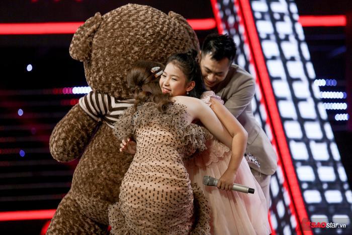 Tặng gấu bông khổng lồ cho học trò Hương Giang  Khánh Vy, Dương Khắc Linh lỗ nặng tại The Voice Kids 2019 ảnh 5