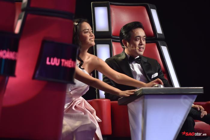 Tặng gấu bông khổng lồ cho học trò Hương Giang  Khánh Vy, Dương Khắc Linh lỗ nặng tại The Voice Kids 2019 ảnh 2