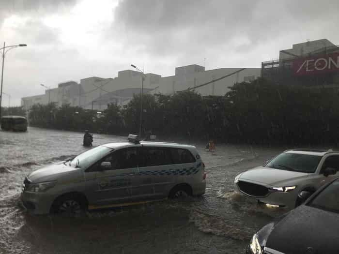 Mưa lớn kéo dài từ rạng sáng đến chiều 3/8 khiến nhiều tuyến đường tại Hà Nội ngập úng, chìm trong biển nước.