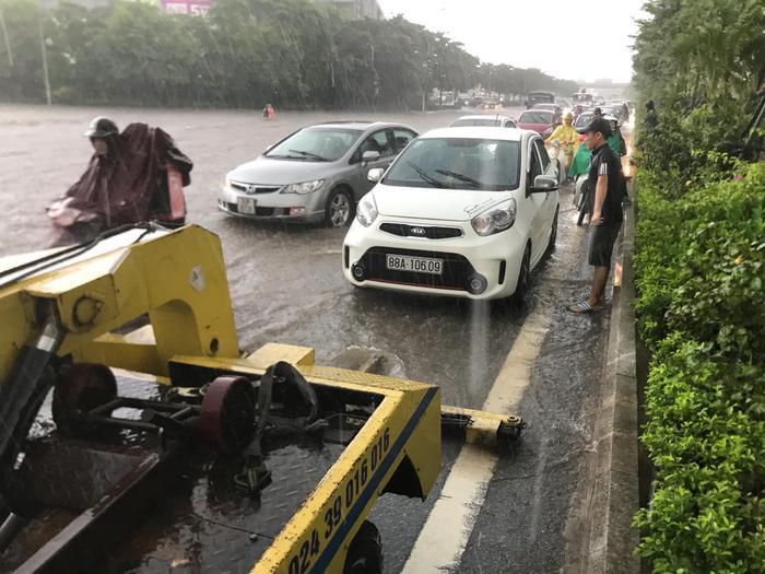 Di chuyển dưới trời mưa lớn và đường ngập úng, xe ô tô bị chết máy